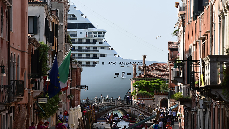 TOPSHOTS/Horizontal/CRUISE/TOURISM/BRIDGE/CITY/LINER/DEMONSTRATION/GONDOLA/ILLUSTRATION/ENVIRONMENT